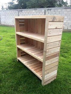 Bookcase out of Pallets | 101 Pallets