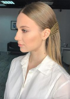 41 Exposed Bobby Pin Hairstyles: How to Use Bobby Pins - Glowsly Sometimes simplicity is simply perfect. Visible bobby pins are a restrained, minimalist accessory for Fall Pigtail Hairstyles, Bobby Pin Hairstyles, Try On Hairstyles, Retro Hairstyles, Headband Hairstyles, Straight Hairstyles, Neon Hair, Ombre Hair, Pin Up Hair