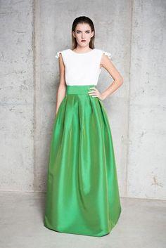 Falda abullonada en verde. Cuerpo entallado blanco. PANAMBI