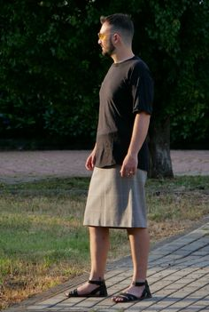 Kirt is the first brand of man's skirt. Guys In Skirts, Cute Skirts, Unisex Fashion, Mens Fashion, Men Wearing Skirts, Men Dress Up, Man Skirt, Japan Outfit, Men In Kilts