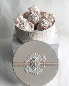 Christmas Ornament Sets, Christmas Baubles, Christmas Diy, Christmas Decorations, Luxury Christmas Tree, Baby Christening, Diy Crafts Videos, Decorative Boxes, Shabby Chic
