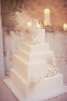 Wedding Cake Mondays: Feathered Wedding Cakes (and DIY Edible Feathers!) Read on at My Inspired Wedding!