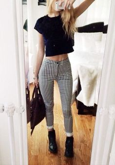 Spring Trend: The Pretty in Plaid Outfits pantaloni a quadretti con look top crop Plaid Outfits, Casual Fall Outfits, Grunge Outfits, Spring Outfits, Trendy Outfits, Cute Outfits, Semi Formal Outfits For Women, Plaid Pants Outfit, Semi Casual Outfit Women
