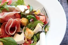 nectarine, walnut, white castello cheese and prosciutto salad with croutons I Want To Eat, Summer Salads, Vinaigrette, Prosciutto, Fresh Rolls, Food Inspiration, Tapas, Side Dishes, Food And Drink