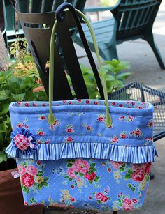 Tammy Tote variation by PamKittyMorning, Free Free Fruehling Fruehling Beeman McCord Fabric Purses, Fabric Bags, Sew Bags, Patchwork Bags, Quilted Bag, Diy For Bags, Ruffles Bag, Bag Crochet, Diy Handbag