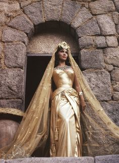 """Still of Gina Lollobrigida in """"Solomon and Sheba"""" from 1959. She looked amazing! And I kinda like the outfit as well: it could be of some inspiration..."""