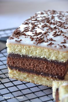 Napolitain fait-maison Recipe in French language Bon Dessert, Fall Dessert Recipes, Delicious Desserts, Cake Recipes, Snack Recipes, Cooking Recipes, Food Cakes, Cupcake Cakes, Patisserie Cake
