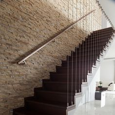 Stairs Backsteinmauer mit Marmorboden und Holztreppe Laminate Flooring Installation Guidelines The B Pictures Of Bricks, Small Projects Ideas, Wooden Stairs, Marble Floor, Stair Railing, Deco Design, Staircase Design, New Homes For Sale, Apartments For Sale