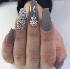Красивые ногти — непременный атрибут любой ухоженной девушки. Френч, шеллак, яркие оттенки, пудра, — что только не применяется для украшения рук. Одним из таких аксессуаров являются стразы. Они кардинально изменят форму и дизайн ногтей, а любой повседневный маникюр сделают вечерним. При этом стилисты предлагают различные варианты страз — в виде булавок, заклепок, различных узоров и …