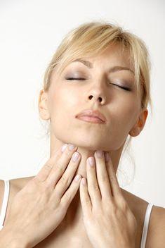 Un mal de gorge peut être douloureux et gênant. Heureusement, généralement bénin, on peut soigner le mal de gorge avec des remèdes de grand-mère. Voici un gargarisme au curcuma de nos grands-mères, un véritable traitement des maux de gorge. Le sel agit comme un antiseptique doux et aide à éliminer les mucosités. Le curcuma aux vertus exceptionnelles est un puissant antioxydant.