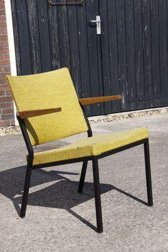Twee prachtige designstoelen van de hand van W.H. Gispen voor het merk Emmein. Ontwerp uit 1969. Deze lounge stoelen zijn terug te vinden in het Gispen-boek van A. Koch. Een zeer zeldzaam model. Frame is van staal, bekleding van stof (zit nu Kvadrat of De Ploeg stof op).     Ze verkeren in zeer mooie staat, alleen hebben wel een nieuwe bekleding nodig (zitten wat kleine gaatjes in de huidige stof).   Heel mooi te combineren met vintage / retro / designmeubels.  Prijs: 90 euro per stuk.