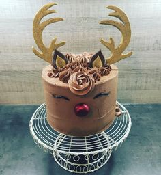 Preparing for Christmas cake orders with this gorgeous reindeer cake! Christmas Cake Designs, Christmas Cake Decorations, Christmas Sweets, Holiday Cakes, Christmas Cooking, Cupcakes For Christmas, Reindeer Christmas, Christmas Cakes, Raindeer Cake
