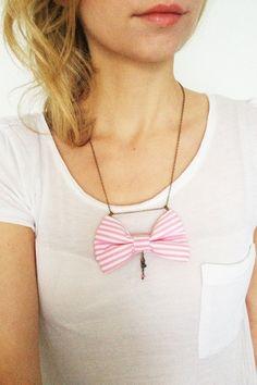Stoffschleifen Halskette in Rosa Weiss gestreift von PollyMcGeary, €15,00