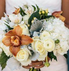 bouquet de mariée avec lys orange pivoines et hortensias