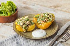 Mit Quinoa, Zucchini, Rosinen und Feta gefüllte Paprika,