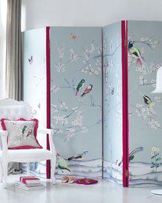 Leuk voor in een meidenkamer. Romantische stof met vogelprint en roze plooirand.
