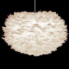 De EOS Hanglamp hangt als een prachtige, zachte verenwolk in huis. Deze speciale lamp zorgt voor een fijne sfeer door het warme licht dat door de veren heen schijnt - een zeer bijzondere lichtval!