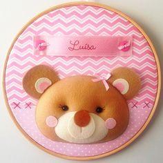 Enfeite para porta de maternidade em bastidor com tema de Ursinha.  Pode ser feito nas cores e estampas que preferir.    Confeccionado em feltro e tecido 100% algodão.    Medida: cerca de 30 cm de diâmetro