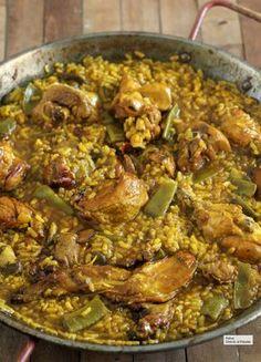 Paella, esto es todo lo que necesitas saber para que te feliciten Valenciana Recipe, Colombian Cuisine, Spanish Dishes, Cooking Recipes, Healthy Recipes, Chicken Paella, Rice Dishes, Savoury Dishes, Easy Dinner Recipes