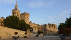 Avignon Durante oséculo XIV, Avignon foi a capital da cristandadee evidências da riqueza e prestígio da época estáevidente em todos os lugares. É incrível e meio surreal pensar que o Papa viveu em Avignon. O legado deixado para trás faz Avignon uma das mais belas cidades medievais da Europa. A cidadeé hoje um centro cultural, com seus muitos museus, cafés e com seus vários pintores e escritores nas ruas.