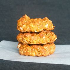 Delicious, easy to make biscuits from Australia, flavored with golden syrup, rolled oats and coconut.