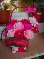 Cos rosu cu flori din hartie creponata