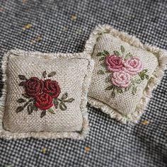 저는 불리언로즈가 로즈 기법들 중에 제일 편하고 또 예쁜것 같아요~^^ 가위에 메달릴 녀석들~ #프랑스자수 #마로작업실 #구미프랑스자수 Bullion Embroidery, Embroidery Jewelry, Hand Embroidery Designs, Ribbon Embroidery, Cross Stitch Embroidery, Embroidery Patterns, Lavender Bags, Stitch Book, Crochet Cushions