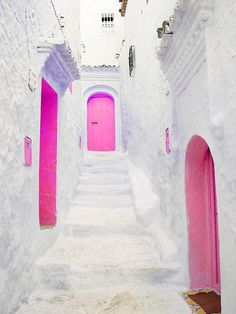 athens, greece // europe // white buildings // whitewash // pink doors // pop of color // ancient city // exotic travel destinations // dream vacations // places to go