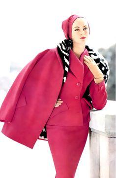 Model wearing a civet lined ensemble by Jean Patou, 1954 🥰 Vintage Vogue, Vintage Glamour, Carmen Dell'orefice, Fifties Fashion, Retro Fashion, Vintage Fashion, Moda Retro, Moda Vintage, Vintage Pink