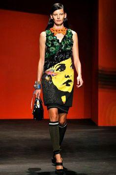A arte e a Moda   A estilista Miucia Prada quis trazer um debate político/cultural para seu desfile – o feminismo, e disse ter sido inspirada pela arte política das paredes de muralistas mexicanos , como Diego Rivera.