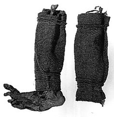 In 1944 Søgårds Mose in Denmark yielded a bog body of which only the arms and legs were preserved. The legs were covered with woolen wrapping. Viking Dress, Viking Garb, Bog Body, Creepy, Viking Clothing, Men's Clothing, Viking Life, Archaeological Finds, Norse Vikings