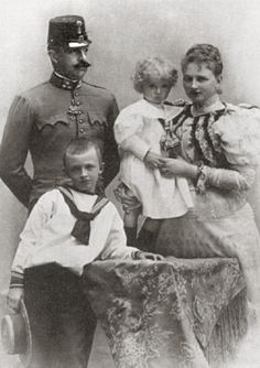 Ottone Francesco con la moglie Maria giuseppina ed i figli.E' fratello di Francesco Ferdinando