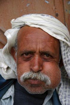 Il Qat, la droga sociale dello Yemen, trattenuto nella guancia