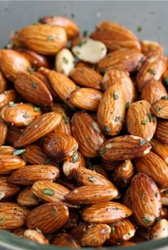 Rosemary Roasted Almonds Recipe 111 calories/ 1 oz serving fat g protein g Carb Appetizer Recipes, Snack Recipes, Cooking Recipes, Appetizers, Healthy Snacks, Healthy Eating, Healthy Recipes, Cocina Natural, Roasted Almonds