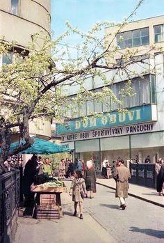 U Baťu, tak sa vždy hovorili tejto predajni obuvi Bratislava, Socialism, Retro Futurism, Prague, Budapest, Old Photos, Street View, Travel, Nostalgia