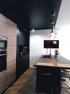 Cuisine noire et bois : 15 modèles tendances ! - Kozikaza Black Kitchens, Kitchen Black, Style Deco, Cuisines Design, Your Design, Corner Desk, Kitchen Design, Industrial, Wood