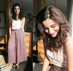 Imaginez les styles adorables d& Bhatt Fashion Mode, Look Fashion, Fashion Pants, Indian Fashion, Fashion Outfits, Fashion Tips, Fashion Bloggers, Dress Fashion, Fashion Fashion