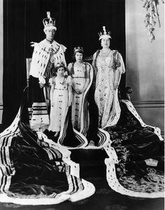Queen Elizabeth dreht 89: ihr Leben in Photos links: britische König George VI, Zukunft Gräfin von Snowdon Prinzessin Margaret, Zukunft britischen Königin Prinzessin Elizabeth, British Queen Elizabeth (zukünftige Königin-Mutter), auf die Königskrönung am Buckingham Palace am Mai 12 1937.