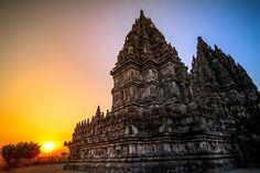 Candi pramabanan merupakan salah satu kompleks candi yang paling populer di Indonesia dan juga ditetapkan oleh UNESCO Sebagai salah satu situs warisan dunia di tahun 1991 selain dengan candi borobudur. Berbeda dengan candi borobudur yang merupakan candi Buddha, candi prambanan ini merupakan sebuah kompleks candi Hindu. Walaupun demikian, tempat keduanya yang ada di Jawa Tengah ini juga telah membuktikan bahwasannya dulunya umat Buddha dan juga Hindu telah hidup berdampingan dengan rukun…