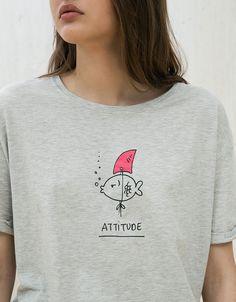 Shirt mit Aufdruck 'Fisch'. Entdecken Sie diese und viele andere Kleidungsstücke in Bershka unter neue Produkte jede Woche