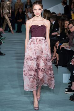 The complete Oscar de la Renta Fall 2016 Ready-to-Wear fashion show now on Vogue Runway.