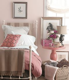 I love pink, this pink room looks fresh, fem and pretty