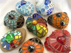 Recycle Reuse Renew Mother Earth Projects: how to make Mosaic Stones.LOVE this idea! Great Summer project for older kids or younger with help. We will definitely do this one. Mosaic Rocks, Stone Mosaic, Mosaic Glass, Glass Art, Stained Glass, Stone Tiles, Sea Glass, Mosaic Crafts, Mosaic Projects