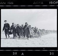 Exilés républicains emmenés vers un camp d'internement (1939) / by Robert Capa