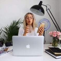 Today's gram version of my 'day in the life' vlog. 🙆🏼♀️Oh yeah, look at me go! Sipping my saaahhh detoxifying lemon water, about to edit… Photography Branding, Lifestyle Photography, Photography Poses, Business Portrait, Business Photos, Fotografie Branding, Sarah Day, Foto Pose, Photo Editing