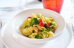 La ricetta della pasta con i broccoli è semplice e veloce. La preparazione di questo piatto di pasta è molto simile a quella delle orecchiette con le cime di rapa. Nel mio caso però l'aggiunta dei pomodorini  smorza un po' il gusto dolce dei broccoli aggiungendo sapore al piatto.