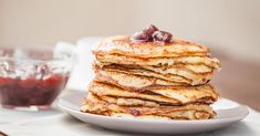 We tried a bunch of healthy protein pancake recipes to find the ones that truly taste the best. Next time you're in the mood for a warm breakfast that won't derail your diet for the day, try these healthy protein pancakes. Pancake Proteine, Pancake Recipes, Breakfast Recipes, Breakfast Ideas, Breakfast Club, Healthy Protein Pancakes, Protein Recipes, Keto Recipes, Keto Pancakes