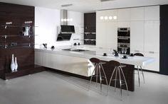 Luxusní kuchyně Elegant ve vysokém lesku v provedení lak slonová kost a dýha makasar. Světlé vysoké skříně v kontrastu s dekorativní stěnou z makasaru.