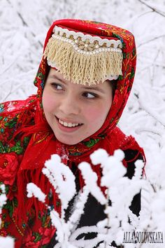 Everything you ever needed to know about traditional Russian dress Russian Traditional Dress, Traditional Dresses, Russian Style, We Are The World, People Around The World, Folk Costume, Costumes, Costume Ethnique, Celtic