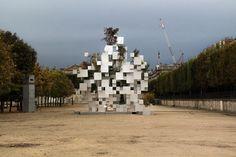 L'architecte japonais Sou Fujimoto vient de réaliser cette installation composée de cubes d'aluminium de différentes tailles, dont certains servent de réceptacles à des arbres. Cette oeuvre installée dans le jardin des Tuileries est une commande de la galerie d'art parisienne Philippe Gravier dans le cadre de la FIAC.